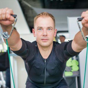 Junger Mann beim EMS-Training für Muskeln und Kraft