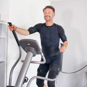 Mann beim EMS-Cardio-Training für Ausdauer und Kraft